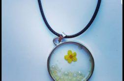 wisiorek w metalowej oprawie żółty kwiat