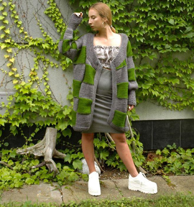 sweter w kwadraty szaro-zielone - przód swetra