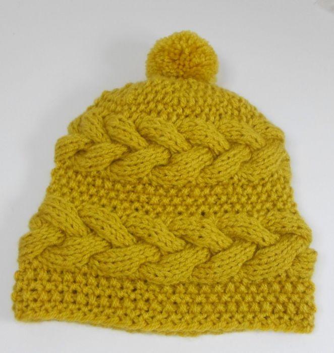 Żółta czapka z warkoczami