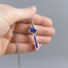 Mały srebrny wisiorek-klucz z żywicy
