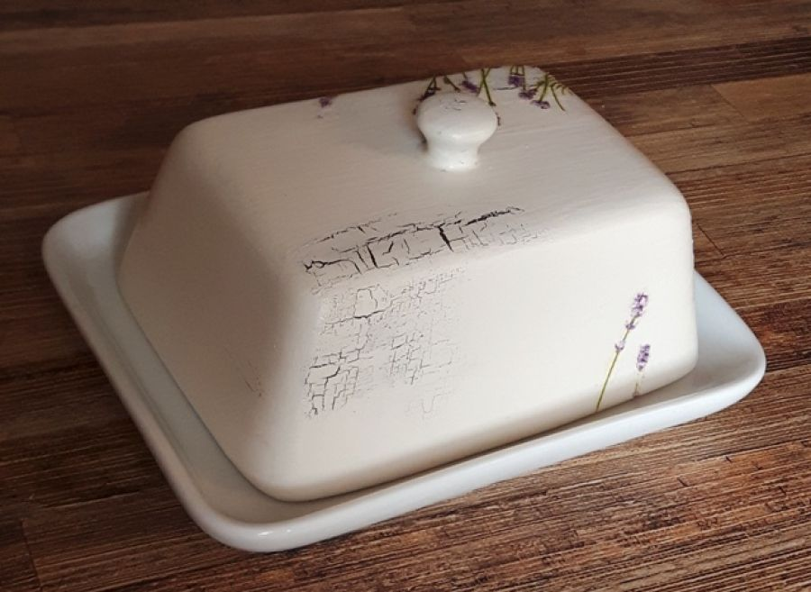 Maselnica lawendowa ecru - Postarzenia są niewielkie przez co maselnicę  można postawić na stół zarówno w kuchni z tzw. duszą jak i nawet w tej w nowoczesnych klimatach (łączenie tych dwóch stylów jest bardzo modne). Przedmiot zabezpieczony został starannie bezbarwnym werniksem. Mo
