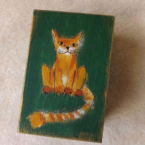 Pudełko malowane małe - Kotek w zieleni