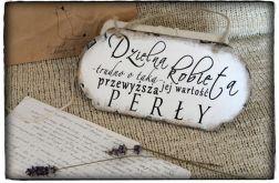 Tabliczka z napisem ~Dzielna kobieta...~Szyld