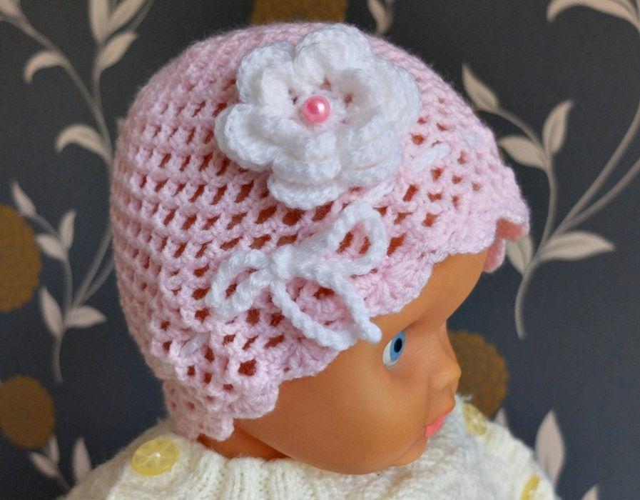Czapeczka z różową perełką.