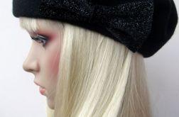 Czarny beret z kokardą
