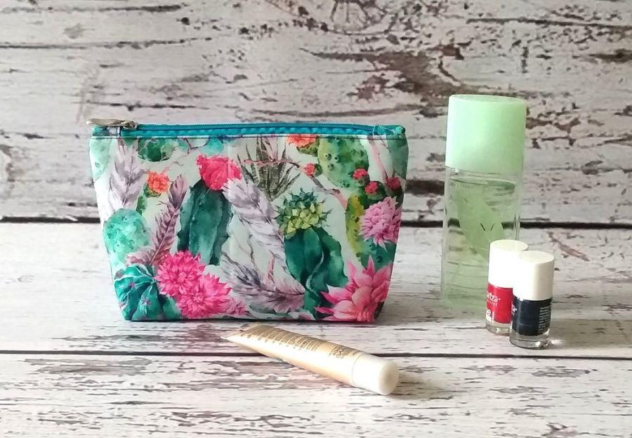 Kolorowa kosmetyczka w kaktusy