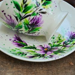 filiżanka z talerzykiem - fioletowe kwiaty