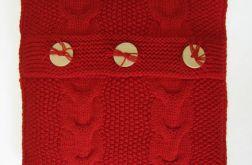 Czerwona poszewka robiona na drutach