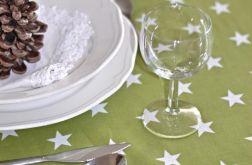 Obrus oliwkowy w białe gwiazdki