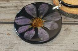 wisior z żywicy i fioletowego kwiatu