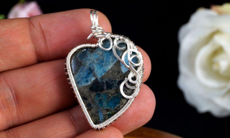 Srebrny wisior z pirtem z kyanitem serce - wisior na dłoni srebrny z pirytem