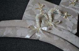Wieszak ubraniowy- białe kwiaty na lnie