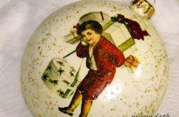 Bombka medalion chłopiec z prezentami