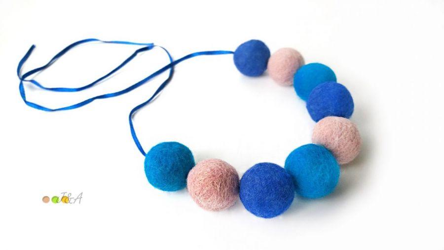 Korale z filcu niebiesko różowe