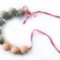 Korale z filcu z kokardką siwo różowe