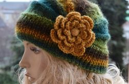 Czapka z duzym kwiatem w kolorach jesieni