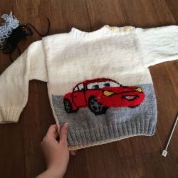 sweterek dziecięcy auto z kremowym tłem