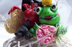 Para młoda diabeł i żaba