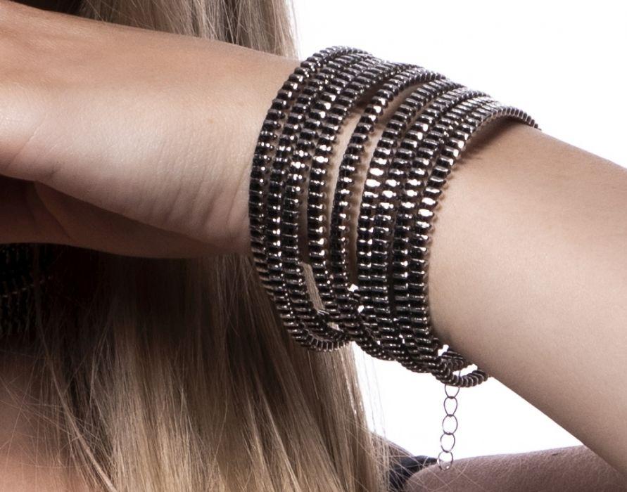 Rockowa szeroka bransoleta - Idealna do stylizacji w stylu glamrock.