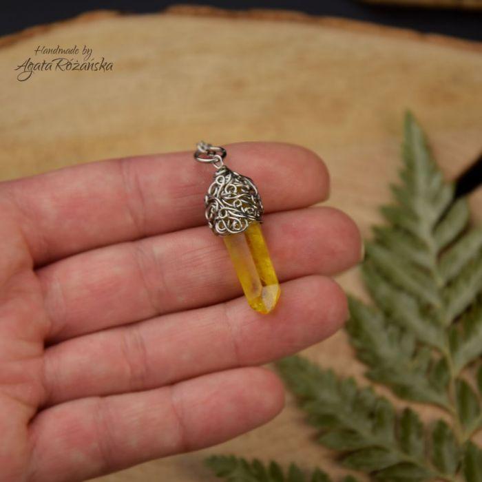 Wisiorek talizman żółty kryształ górski surowy - Wykonany techniką wire wrapping ze stali chirurgicznej