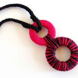 Geometryczny naszyjnik dzianinowy - czarny z różem