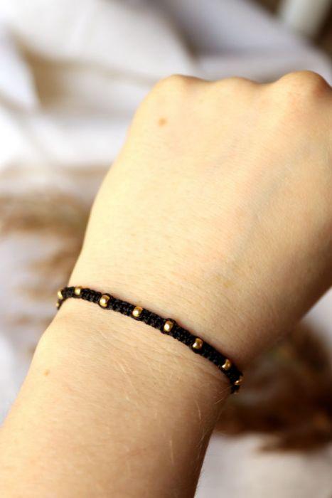 Czarne pleciona bransoletka z kuleczkami - czarna pleciona bransoletka na nadgarstek