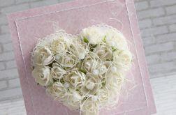 Białe róże w perłach