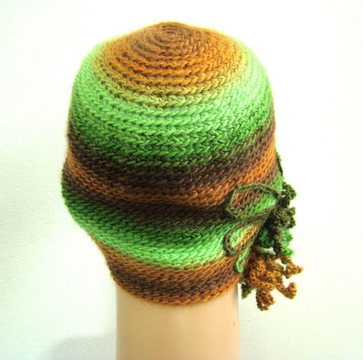 czapka z ozdobą w zieleniach i brązach - tył czapki