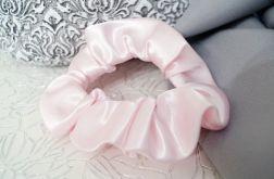 Gumka scrunchie pudrowy róż atłasowa satynowa