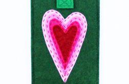 Zielone etui na telefon z sercem