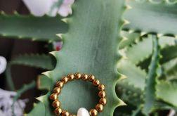 Elastyczny pierścionek zhematytu i perły.