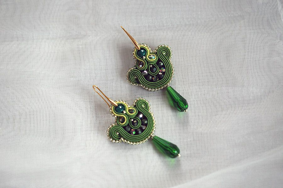 Zielone kolczyki wiszące krople Sutasz