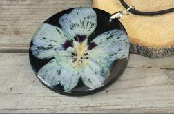 wisior z żywicy i niebieskiego kwiatu