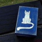 Pudełko malowane małe - Kotek w granatowym - kotek biały (starszy wzór)