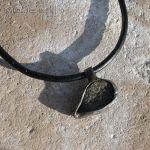 Kamienny kieł II - wisior z miedzi i kamienia