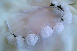 Opaska z białymi kwiatkami