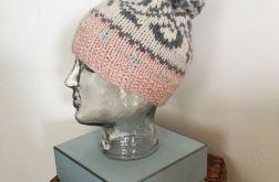 Pastelowa czapka we wzory z pomponem 1