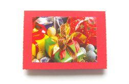 Czerwona kartka świąteczna z prezentami
