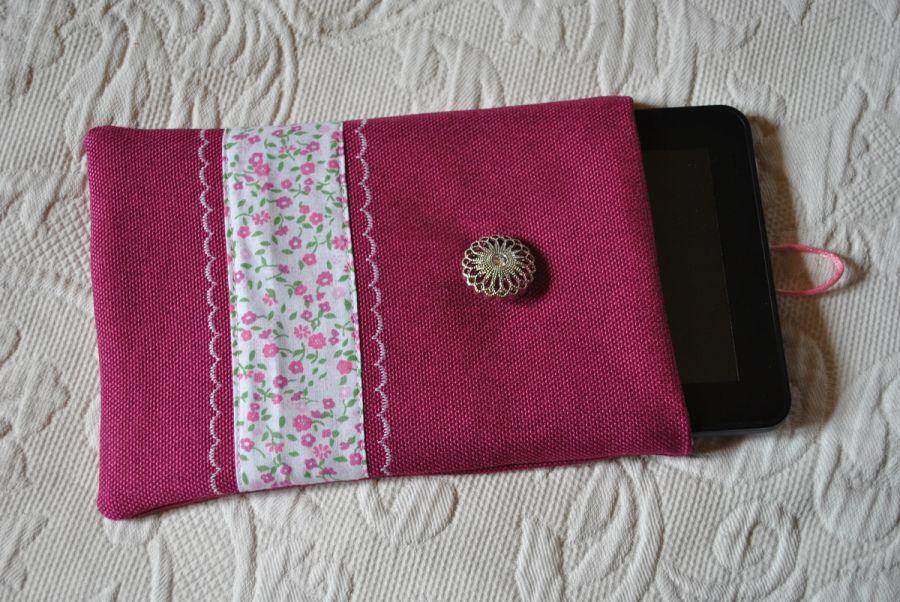 Amarantowy pokrowiec, etui na tablet, w kwiatuszki