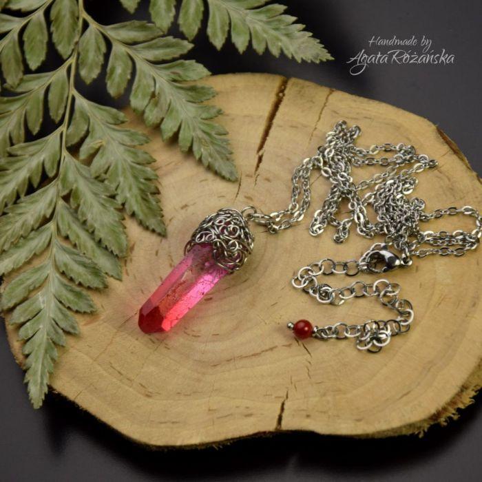 Wisiorek talizman różowo czerwony kryształ górski surowy - Idealny prezent dla niej