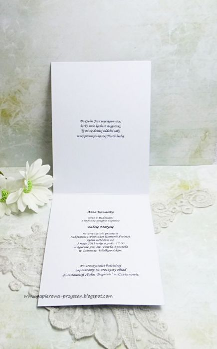 Białe zaproszenia z tłoczeniem na Komunię Św.