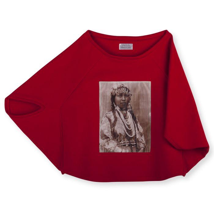 czerwona bluza w stylu poncho