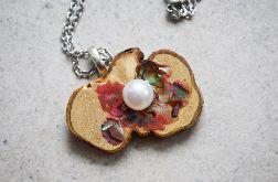 Drewniany naszyjnik różowy z perłą
