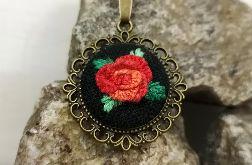 Czerwony kwiat naszyjnik