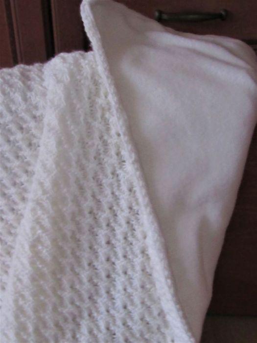 Biały kocyk ażurowy do chrztu