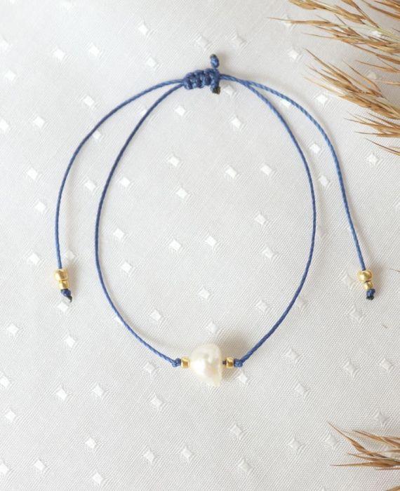 Bransoletka z perłą na niebieskim sznureczku - indygo sznureczek na nadgarstek z perłą i złotymi koralikami