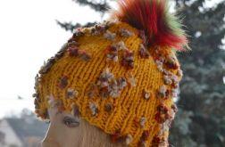Żółta czapka z tęczowymi kwiatkami