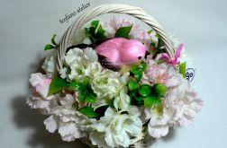 Kosz kwiatów z różowym ptaszkiem