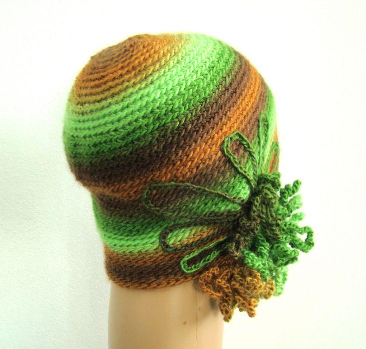 czapka z ozdobą w zieleniach i brązach - bok i tył