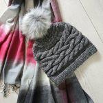 Zimowa czapka a pomponem wzór warkocze - czapka beanie